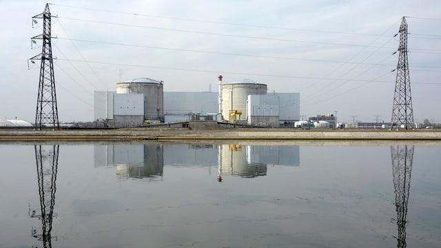 AKW Fessenheim, es spiegelt sich im Wasser