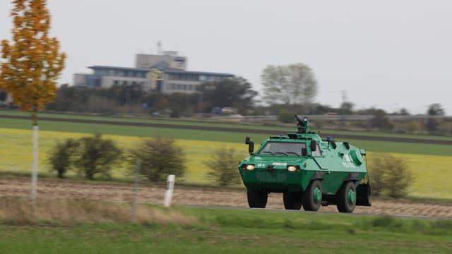 Gepanzertes grünes Polizeifahrzeug.