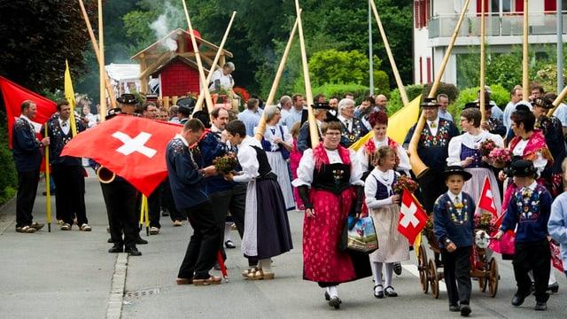 Alphornbläser und Fahnenschwinger am Umzug in Reiden.