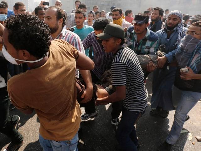 Muslimbrüder transportieren Verletzten.