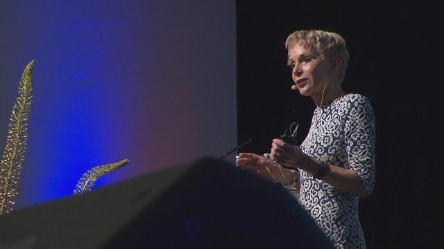 Purtret da Margrit Stamm, la professura emeritada da pedagogia a l'universitad da Friburg, che discurra al podi.