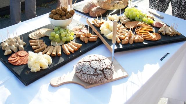 Ein Bauernbuffet auf einem gedeckten Tisch. Was aussieht wie Fleisch, ist rein vegetarisch.