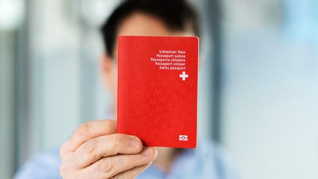 Mann mit Schweizer Pass.