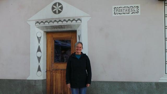 Gabriella Sonder-Dosch avant il pastrign cun il furn.