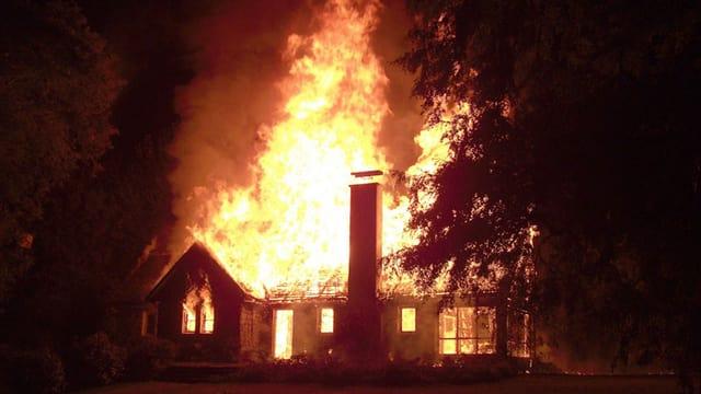 Die Farm steht in Flammen