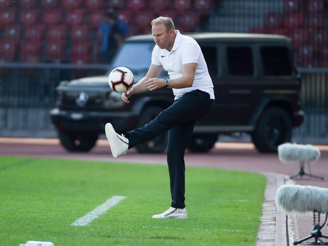 FCZ-Coach Ludovic Magnin jongliert den Ball am Spielfeldrand.