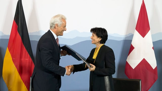 Bundesrätin Doris Leuthard und der deutsche Verkehsminister Peter Ramsauer bei der Unterzeichnung des umstrittenen Fluglärm-Staatsvertrags.