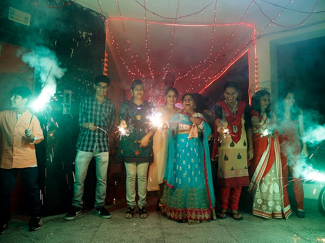 Familie zündet Lichtkerzen
