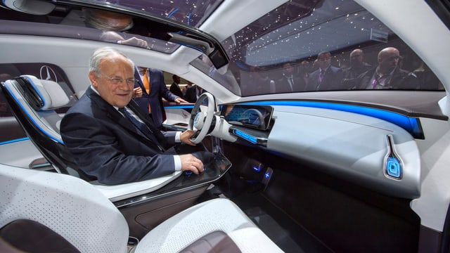 Johann Schneider-Ammann èn in dals autos preschentads al salun d'autos a Genevra.
