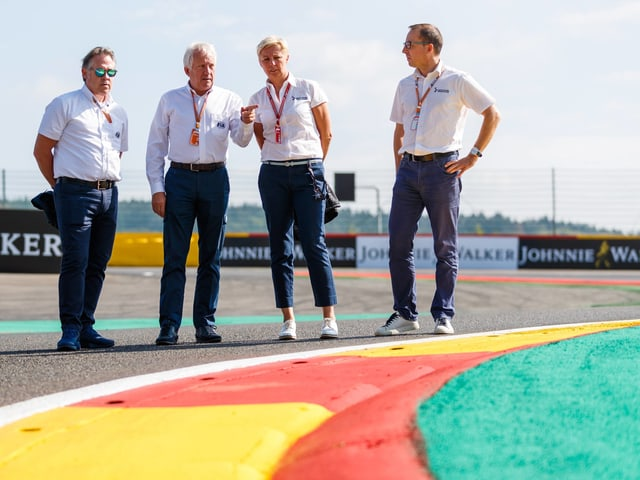 F1-Renndirektor Charlie Whiting (2.v.l.).