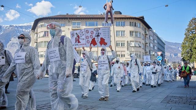 Demonstrationsteilnehmer in Schutzanzügen