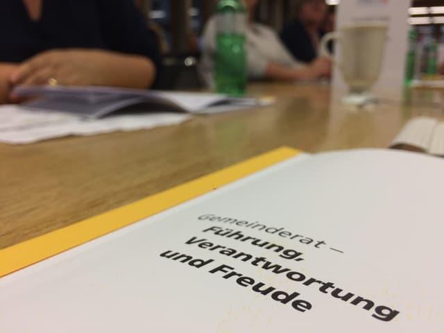 """Ein Skript mit der Aufschrift """"Gemeinderat - Führung, Verantwortung und Freude"""" auf einem Tisch"""