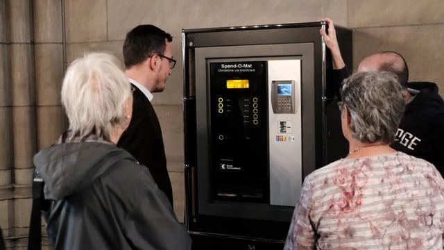 Glieud enturn l'automat d'unfrir en la Baselgia averta Elisabeth a Basilea.
