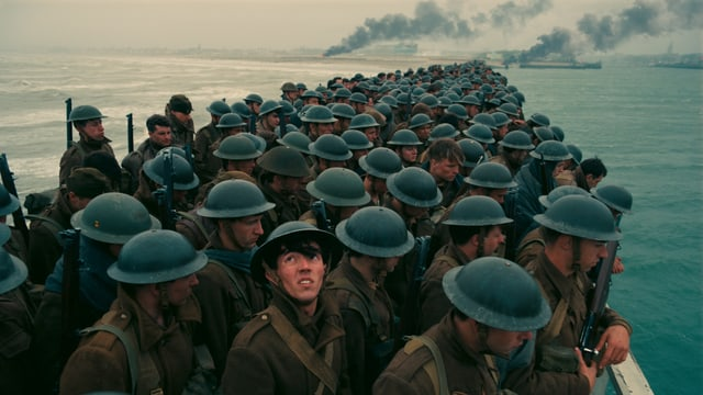 Hunderte von Soldaten warten auf der Mole von Dünkirchen aufs nächste Schiff.