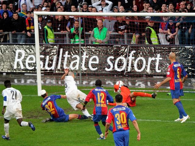 Der grosse Moment: Mit seinem Tor in der 93. Minute schoss Iulian Filipescu den FCZ zum Meister.