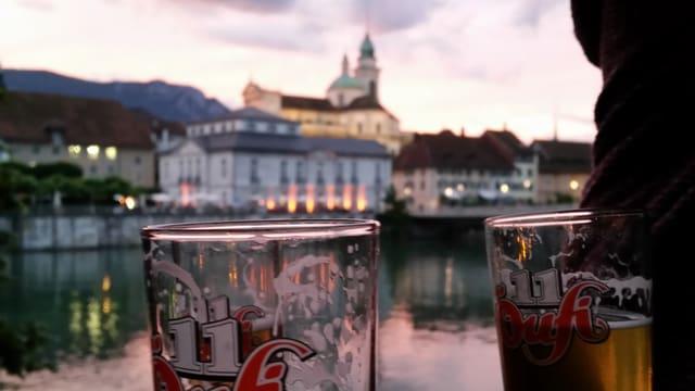 Ein Bierglas vor der Kathedrale in Solothurn.