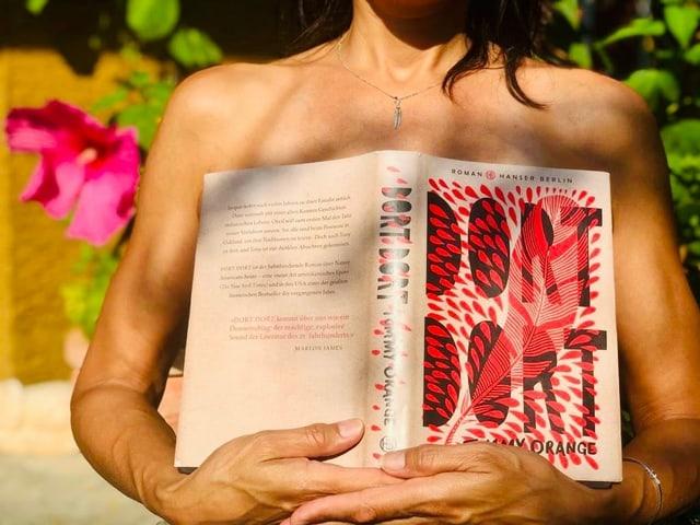 Annette König hält sich den Roman «Dort Dort» von Tommy Orange vor die Brust.