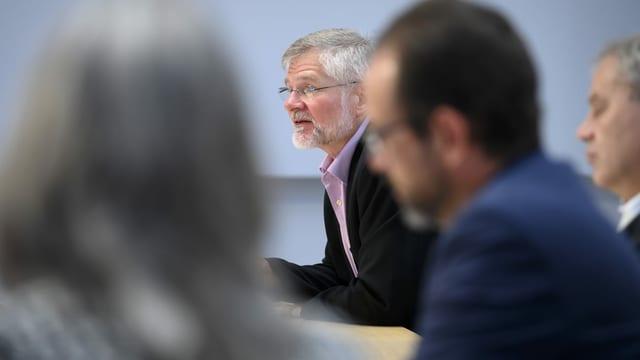 Der oberste Kantonsarzt Rudolf Hauri an einer Pressekonferenz.