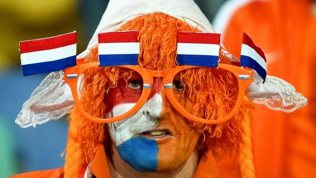 Ein orange angemalter Holland-Fan.