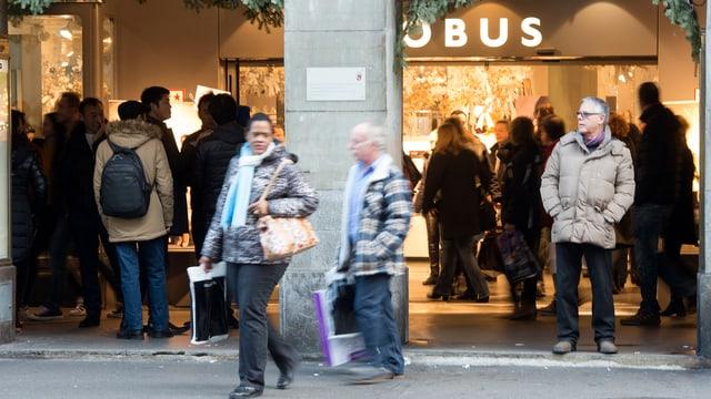 Menschen vor dem Eingang des Globus' in Bern.