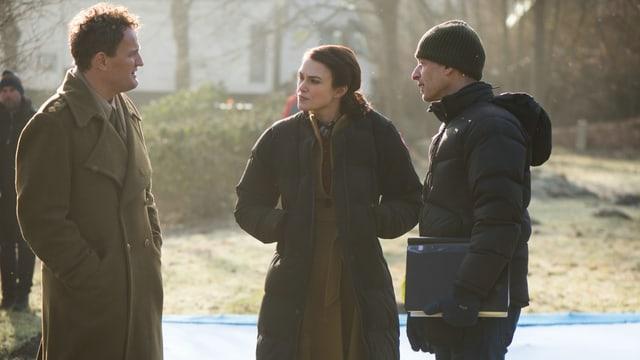 Jason Clarke spricht mit Schauspielkollegin Keira Knightley und Regisseur James Kent auf dem Set.