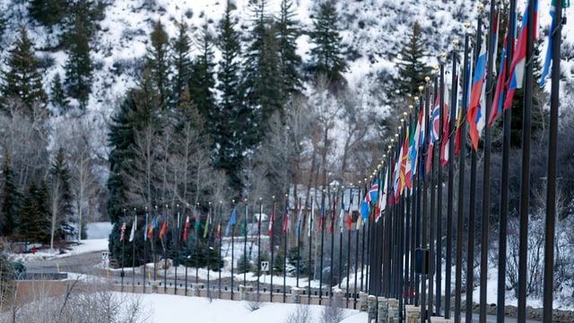 Bandieras da divers pajais dal mund a l'entrada dal Beaver Creek Resort.