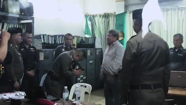 Unterwürfig begrüsst der Vize-Polizeichef Tycoon Premchai Karnasuta.