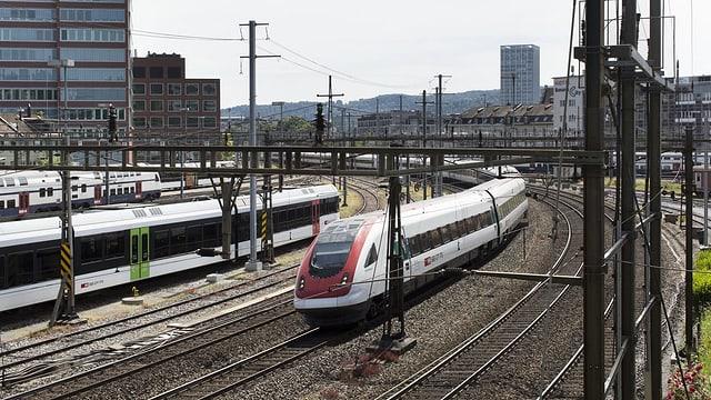 Purtret d'in tren da la SBB a la staziun da Winterthur.