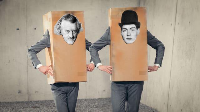 Zwei Männer mit einer Schachtel über dem gesamten Oberkörper, auf der jeweils ein Männerporträt aufgeklebt ist.