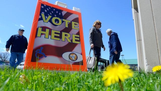 in center da votar per las pre-elecziuns ad Utica.