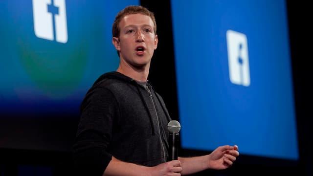 Facebook-Chef Mark Zuckerberg mit einem Mikrofon in der Hand.