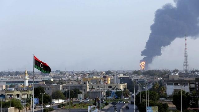Nach einem Raketeneinschlag steigt aus dem Gasdepot schwarzer Rauch auf.