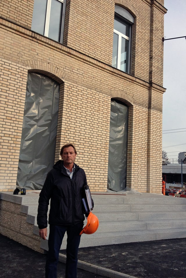 Rolf Iten, ein halbes Jahr nach der Verschiebung, vor dem MFO-Gebäude.
