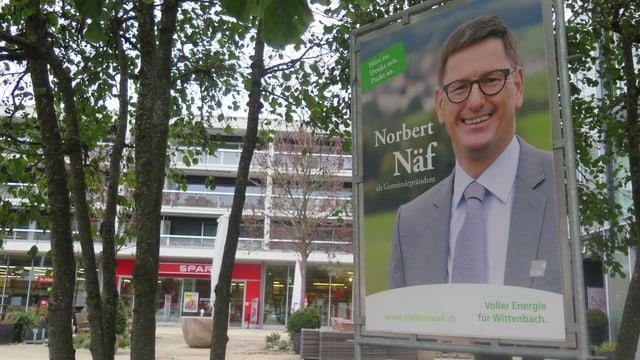 Wahlplakat von Norbert Näf mit Bäumen und Häuser im Hintergrund