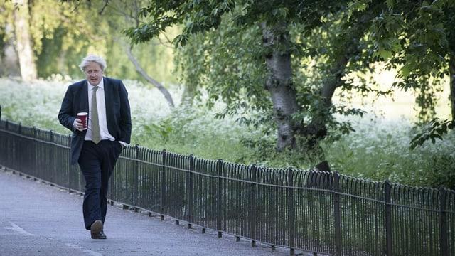 Boris Johnson der Strasse entlang spazierend.
