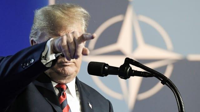 Donald Trump vor dem Logo der NATO