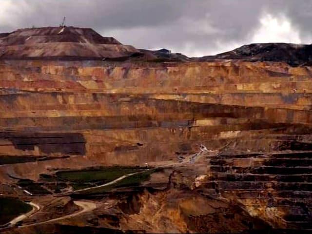 Die Berge von Peru: Durch den Abbau von Gold sehen sie aus, wie wenn sie bluten würden.