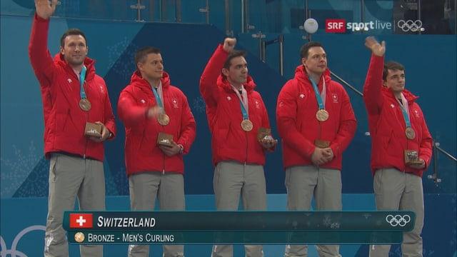 Die Schweizer Curler stehen mit der Medaille auf dem Podest
