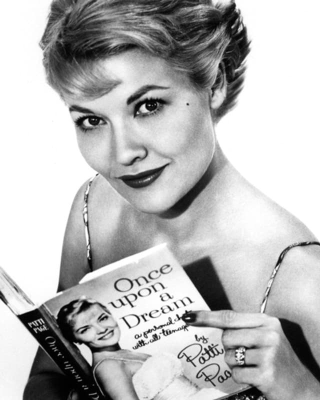 Patti Page mit ihrer Biographie «Once upon a dream» in der Hand (1960)