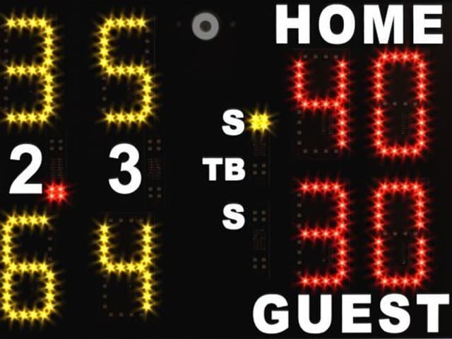Eine Anzeigetafel zeigt den Spielstand beim Tennis.