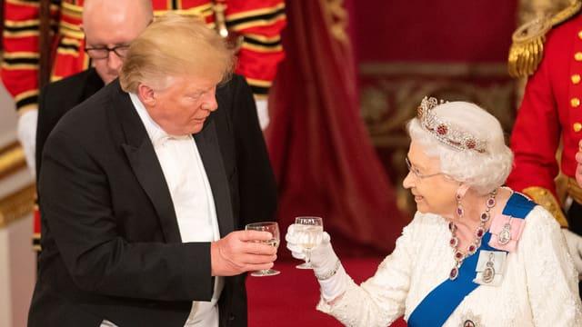 Purtret da Trump e la Queen che fan viva.