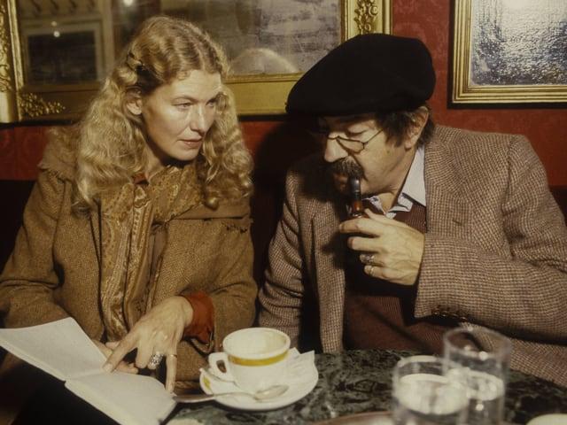 Günter Grass und Ehefrau Ute Grunert an einem Kaffeehaustisch.