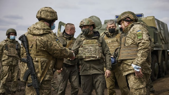 Wolodimir Selenski inmitten von Soldaten