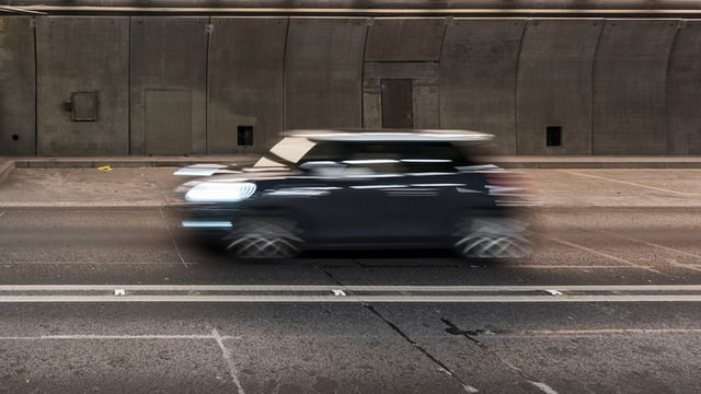 Verschwommenes Foto eines Autos während der Fahrt