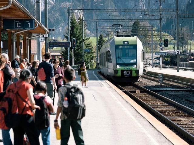 Passagiere warten auf einen Zug