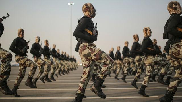 Saudische Sicherheitskräfte an einer Parade.