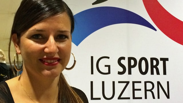 Manuela Schär vor dem Plakat der IG Sport Luzern.