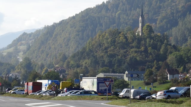 Il parcadi a l'access da l'autostrada A13, tranter Tumein e Domat.