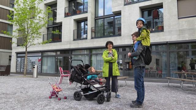 Bewohnerin und Bewohner des Hunzikerareals mit Kindern.