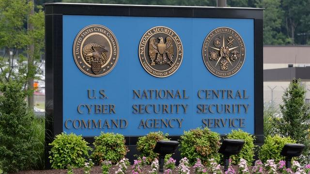 Schild mit den Siegeln dreier US-Geheimdienste